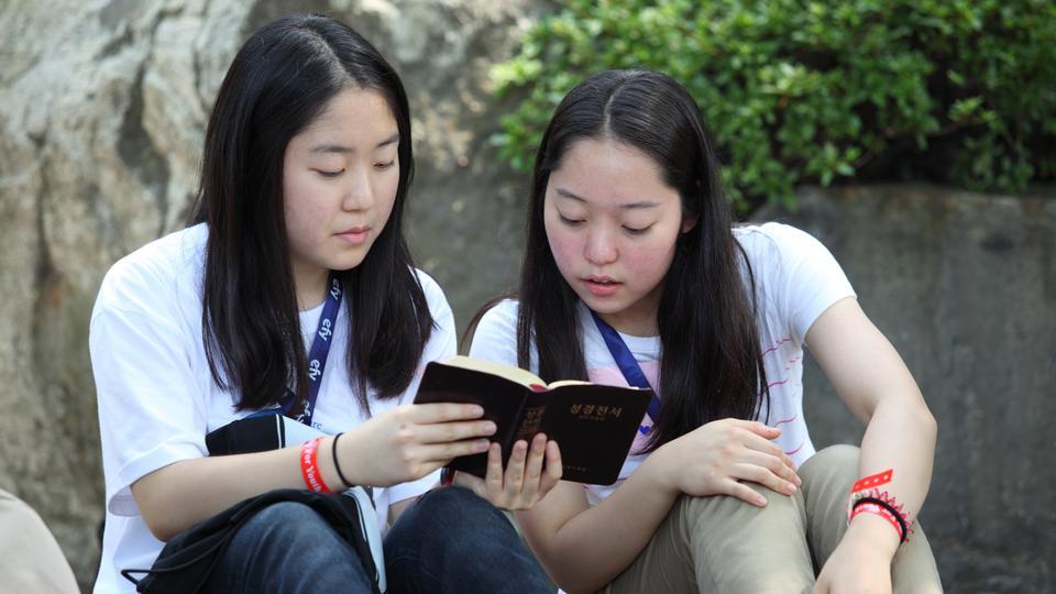 경전을 읽는 청녀들의 모습